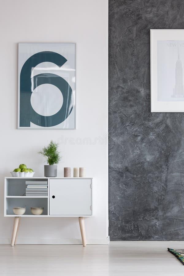 Weißer Schrank im Wohnzimmer stockfotos