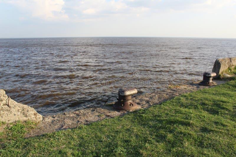 Weißer See mit einem Pier lizenzfreies stockbild