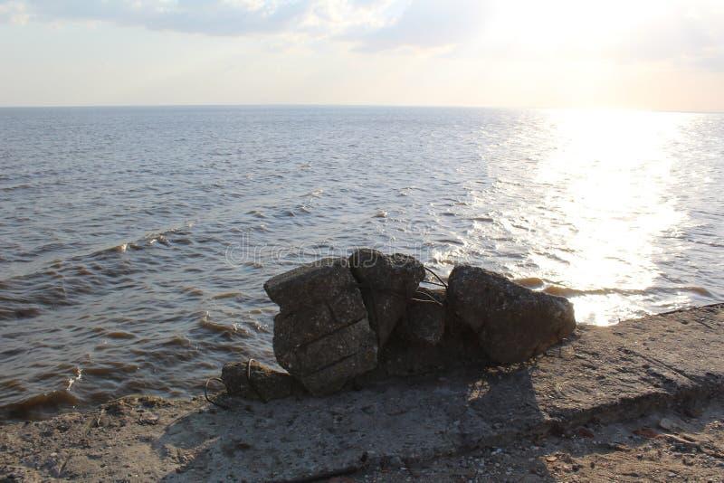 Weißer See mit einem Pier stockfotografie