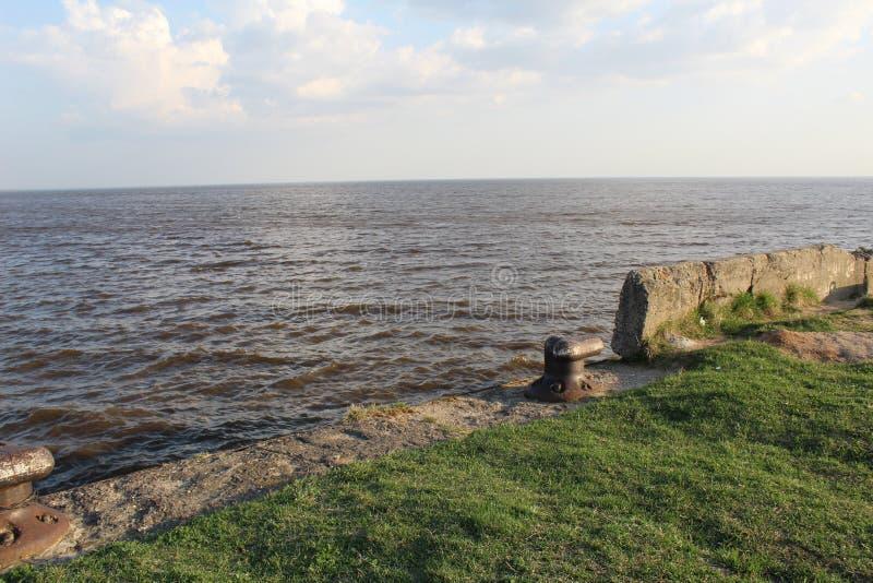 Weißer See mit einem Pier lizenzfreie stockfotos