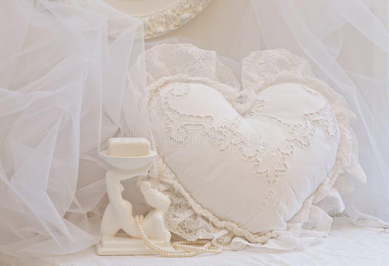 Weißer Spitze-Herz-Kissen-und Seifen-Teller stockfotos