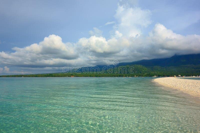 Weißer Strand auf der Insel von Camiguin lizenzfreies stockfoto