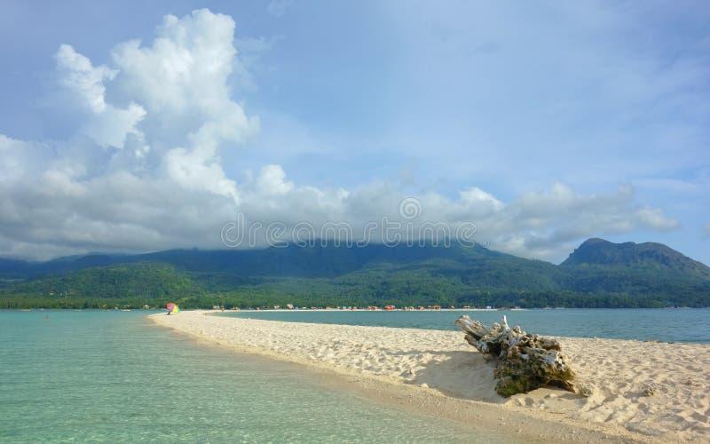 Weißer Strand auf der Insel von Camiguin lizenzfreie stockbilder