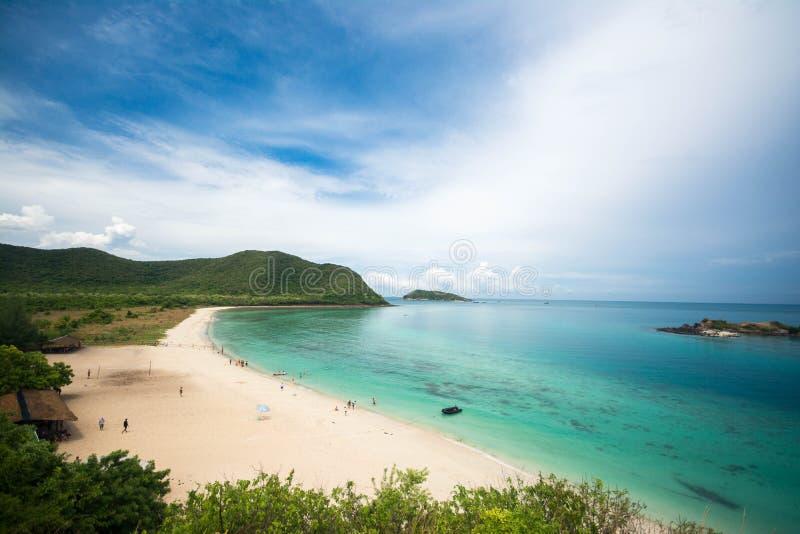 Weißer Strand, Berg und Meer Beautyful in Samaesan-Insel, Chonburi-Provinz, Thailand stockbild