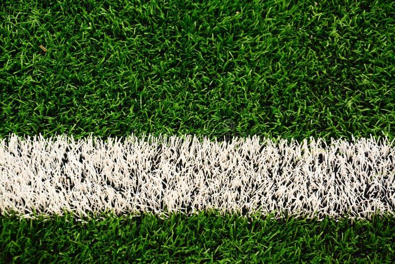 Weißer Streifen auf dem grünen Fußball oder dem Fußballplatz stockfotografie