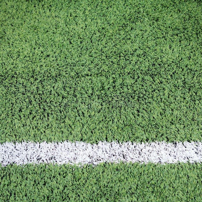 Weißer Streifen auf dem grünen Fußballplatz stockfotos