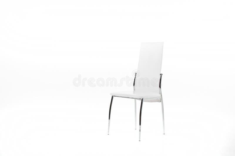 Weißer Stuhl auf dem weißen Hintergrund stockfotografie