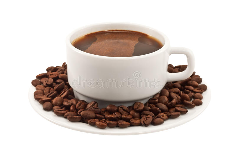 Weißer Tasse Kaffee mit Bohnen auf einer Platte lizenzfreie stockfotografie