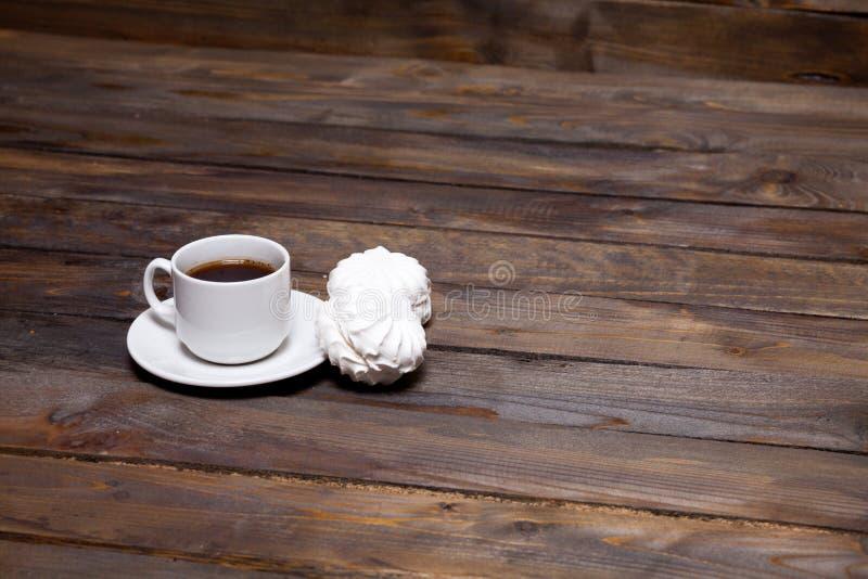 Weißer Tasse Kaffee mit dem Eibisch mit zwei Weiß lizenzfreies stockfoto