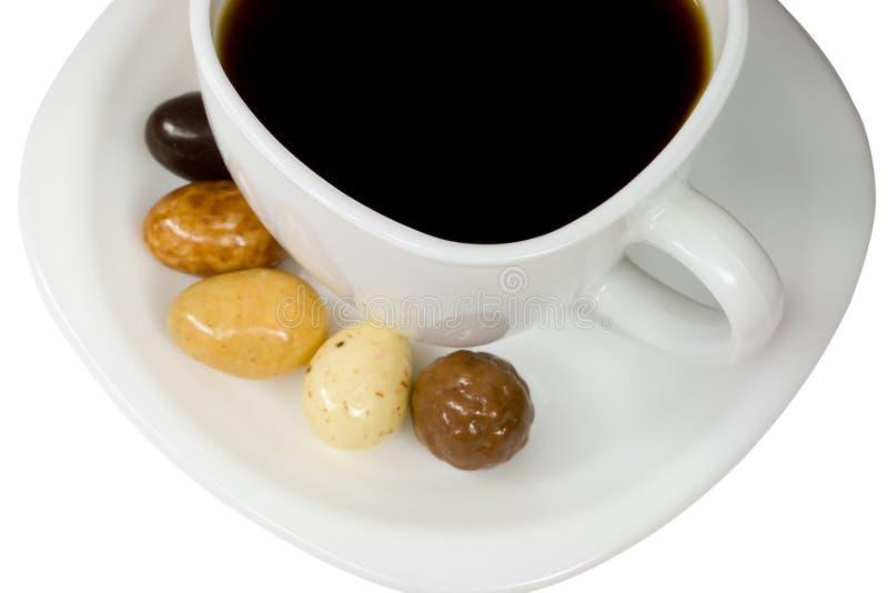 Weißer Tasse Kaffee mit Süßigkeiten lizenzfreies stockbild