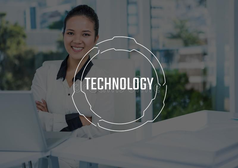 Weißer Technologietext und -graphik gegen Geschäftsfrauarme falteten sich am Laptop stock abbildung
