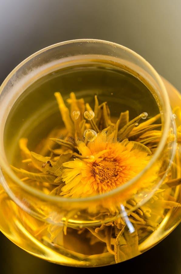 Weißer Tee mit Ringelblume lizenzfreies stockfoto