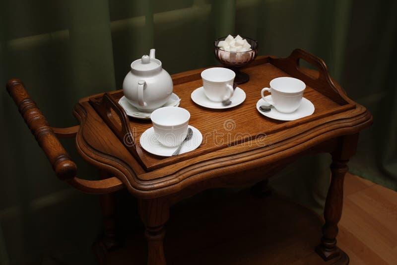Weißer Teesatz auf hölzernem braunem Behälter lizenzfreie stockfotografie