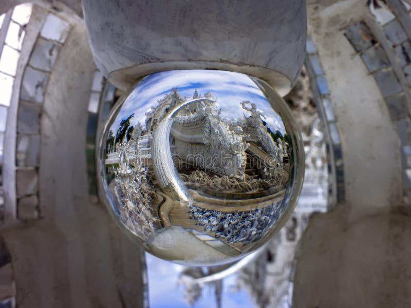 Weißer Tempel im magischen Ball stockbild