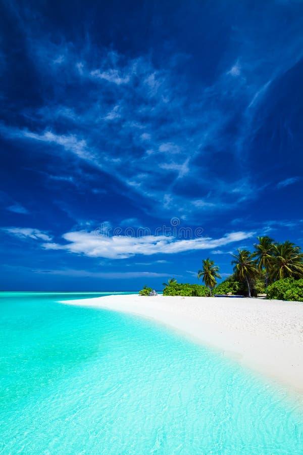 Weißer tropischer Strand mit schönem Himmel mit Palmen und Blau lizenzfreies stockbild