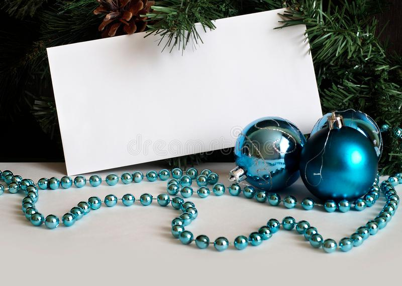 Weißer Umschlag auf dem Hintergrund von Tannenzweigen mit Flitter und Perlen lizenzfreies stockbild