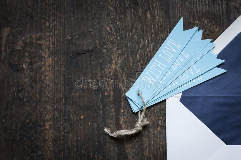 weißer Umschlag auf hölzernem Hintergrund stockbilder