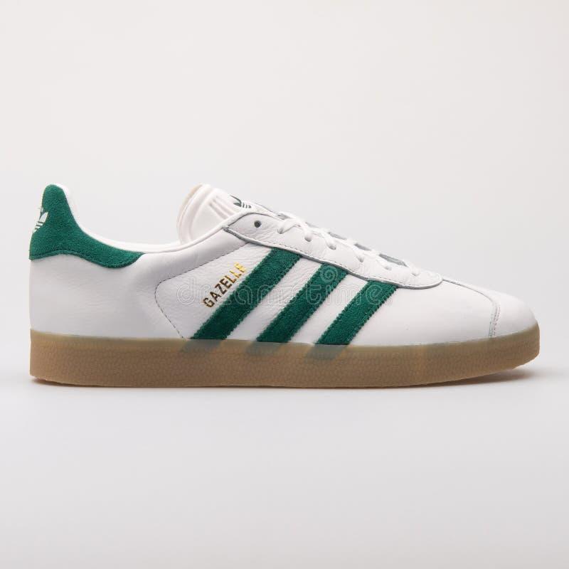 Weißer und grüner Turnschuh Adidas-Gazelle lizenzfreie stockbilder