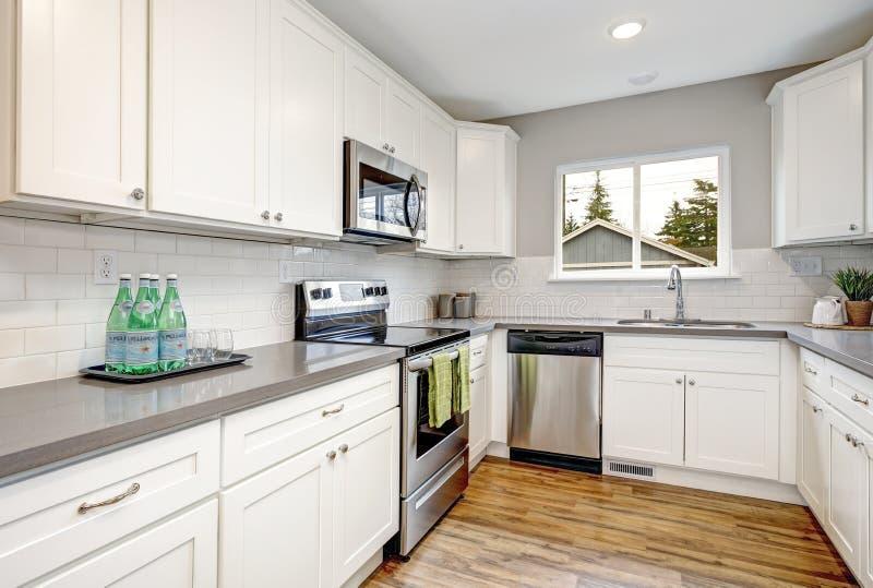 Weißer und grauer Küchenraum mit modernen Geräten stockfotos