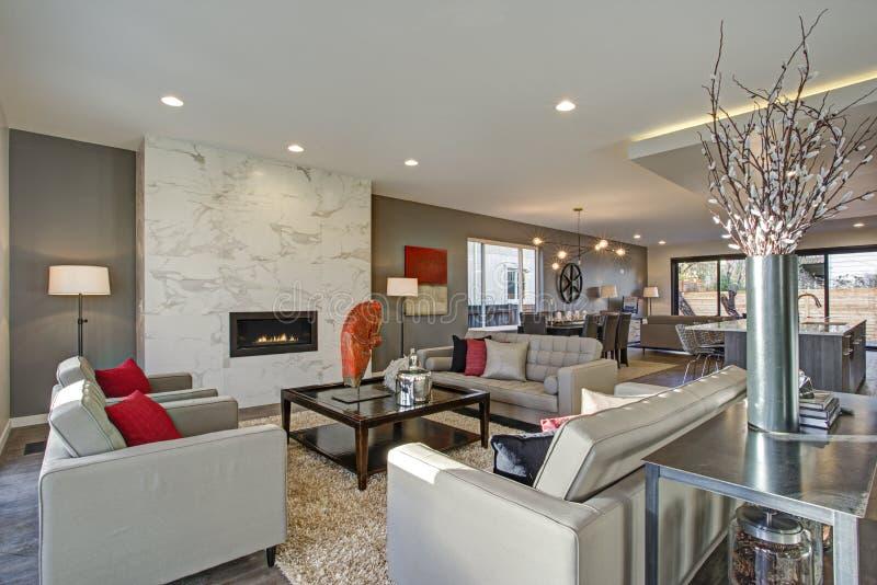 Weißer und grauer Wohnzimmerinnenraum mit offenem Grundriss lizenzfreies stockbild