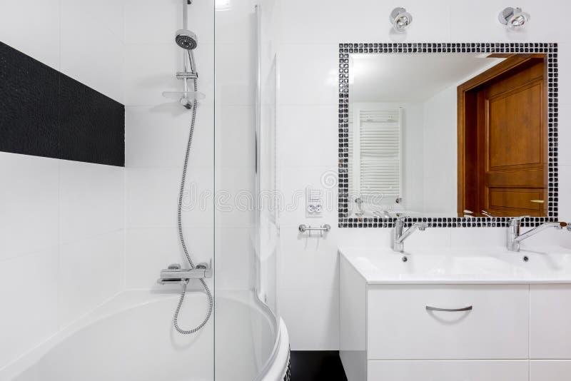 Weißer und moderner Badezimmerinnenraum stockbilder