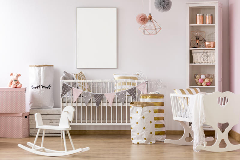 Weißer und rosa Babyraum stockfotos