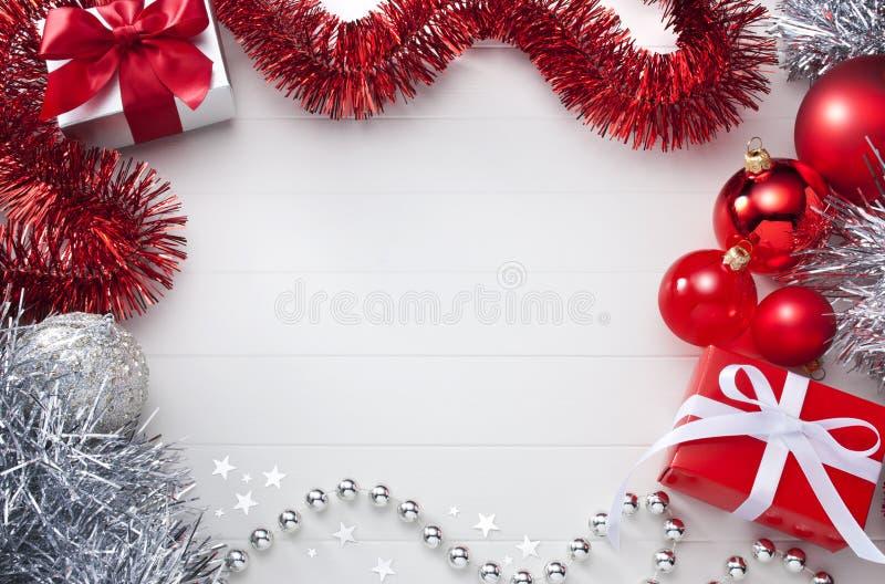 Weißer und roter Weihnachtshintergrund stockfotos