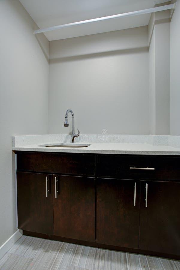 Weißer und sauberer Waschkücheinnenraum lizenzfreie stockbilder