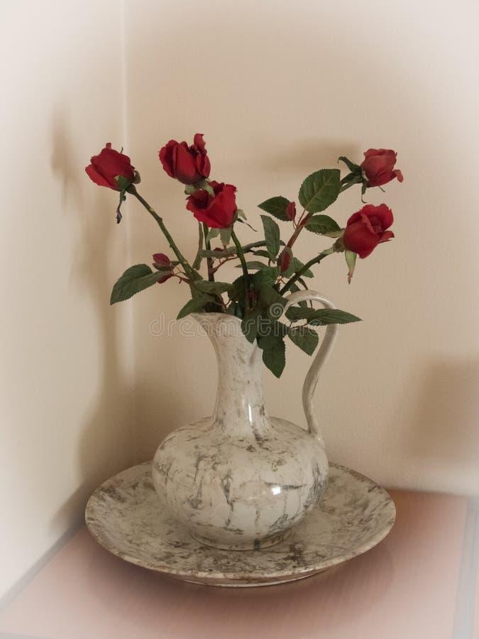 Weißer Vase rote Rosen stockbilder