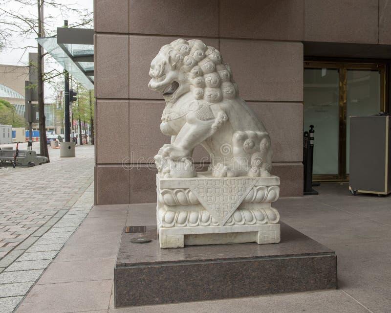 Weißer weiblicher Wächtermarmorierunglöwe am Eingang zum Krähen-Museum der asiatischen Kunst in im Stadtzentrum gelegenem Dallas, lizenzfreie stockbilder