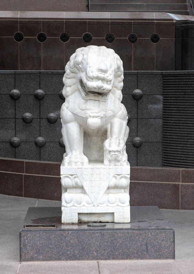 Weißer weiblicher Wächtermarmorierunglöwe am Eingang zum Krähen-Museum der asiatischen Kunst in im Stadtzentrum gelegenem Dallas, lizenzfreie stockfotos