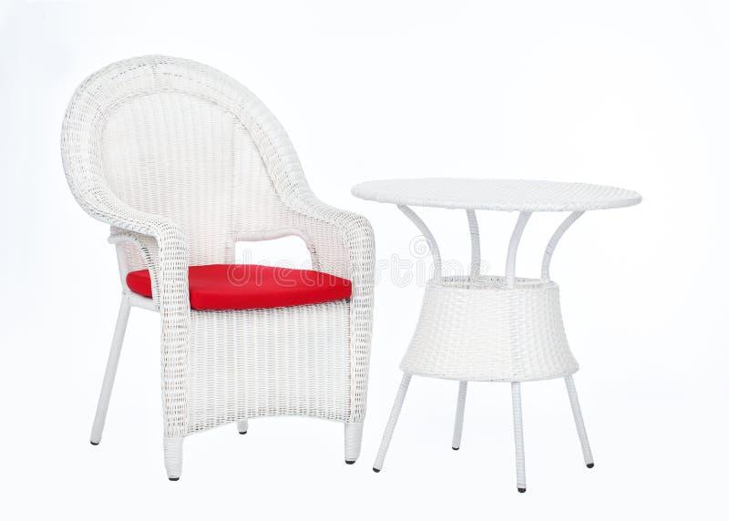 Weißer Weidenrattanstuhl und -Rundtisch, lokalisiert auf einem weißen Hintergrund lizenzfreies stockbild