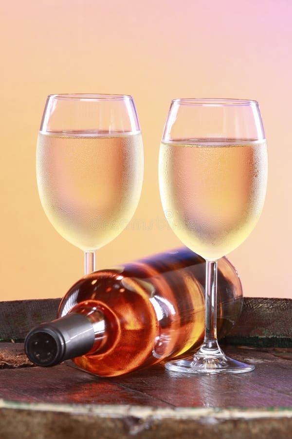Weißer Wein auf eine Faßoberseite stockbild