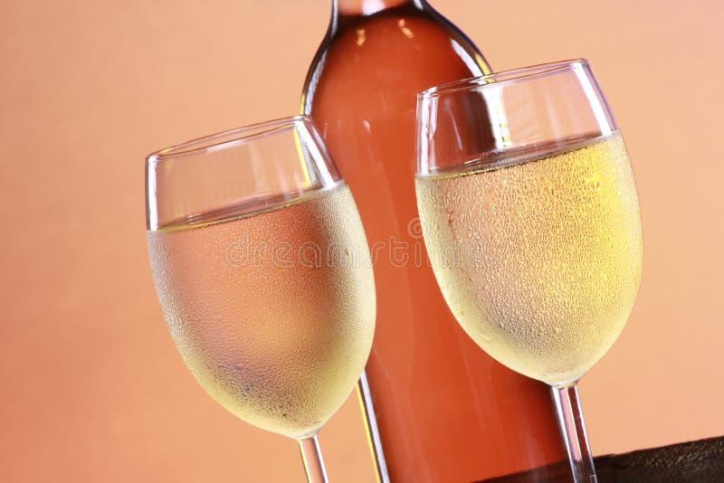 Weißer Wein auf eine Faßoberseite stockfotos