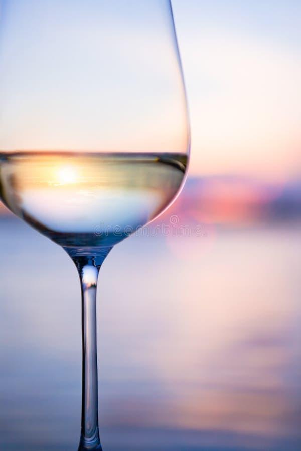 Weißer Wein der Kunst auf dem Himmelhintergrund stockbild