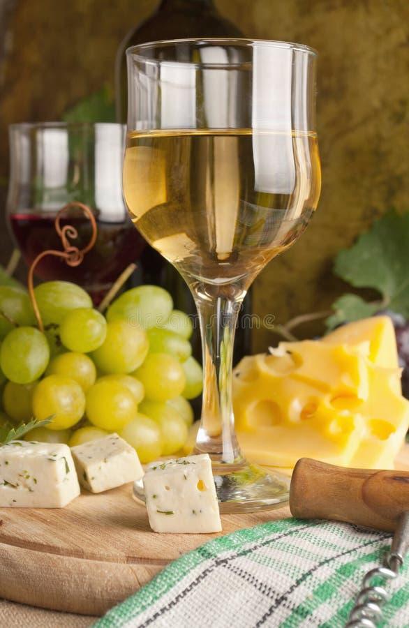 Weißer Wein im feinen Glas lizenzfreie stockfotografie