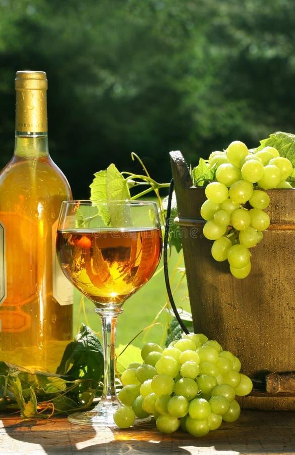Weißer Wein mit Flasche stockfotos