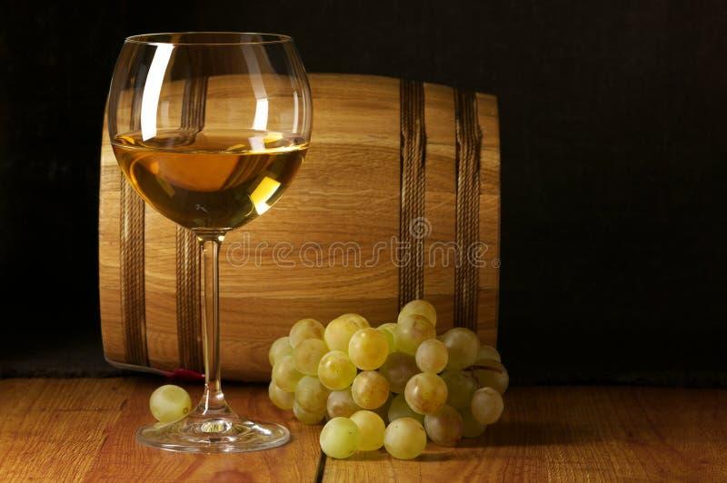 Weißer Wein, Traube und Faß stockbilder