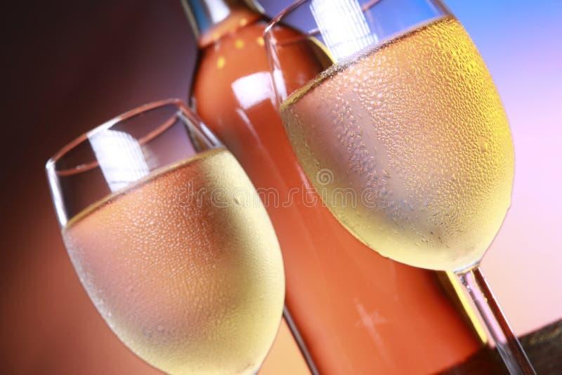 Weißer Wein und Flasche auf einem Faß übersteigen lizenzfreie stockfotografie