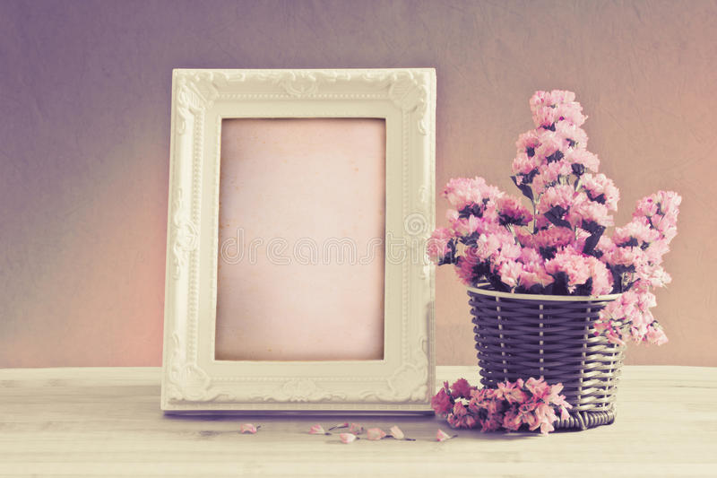 Weißer Weinlesefotorahmen mit süßer statice Blume in Korb wi lizenzfreie stockbilder