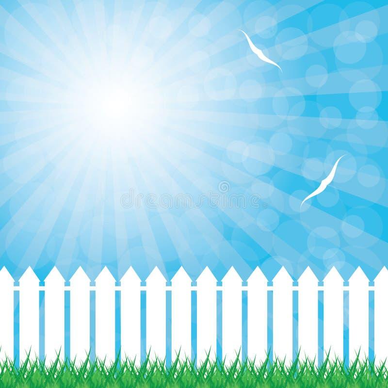 Weißer Zaun und grünes Gras auf Hintergrund des blauen Himmels lizenzfreie abbildung
