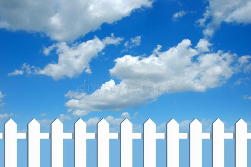 Weißer Zaun und Himmel stockfotos