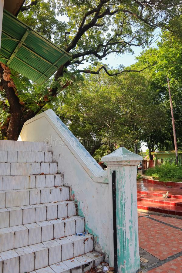 Weißes altes verlassenes Treppenhaus lizenzfreies stockfoto