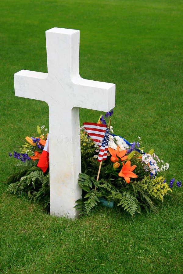 Weißes amerikanisches Kreuz und Blumen stockfoto