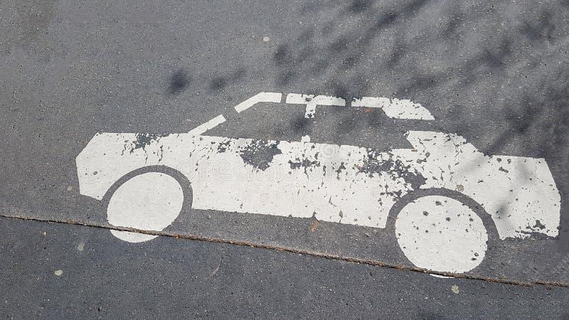 Weißes Auto-Fahrzeug-Bild-Zeichen gedruckt in Asphalt Wallpaper Backgroung Texture Pattern stockfotografie