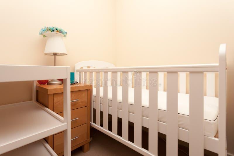 Weißes Baby-Feldbett-Bett stockfotos
