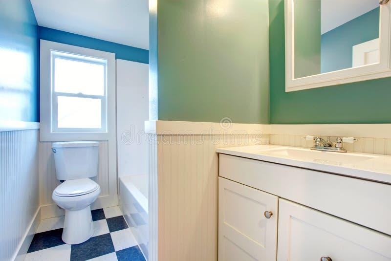 Weißes Badezimmer mit den grünen und blauen Wänden lizenzfreie stockfotos