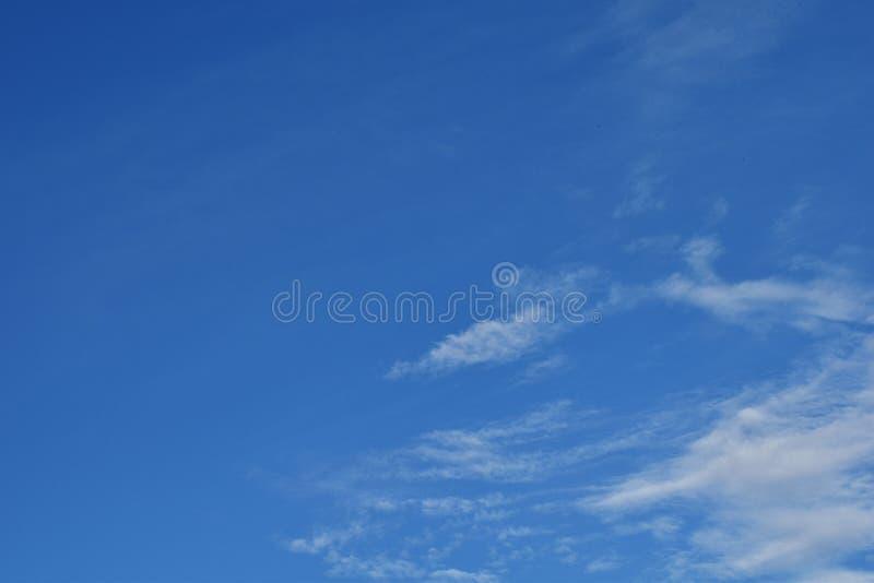 Weißes bewölktes auf blauem Himmel lizenzfreie stockbilder