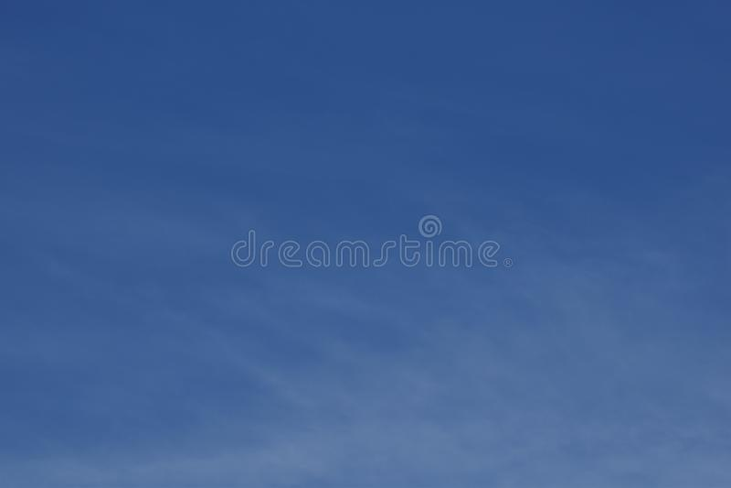 Weißes bewölktes auf blauem Himmel für Hintergrund stockbilder