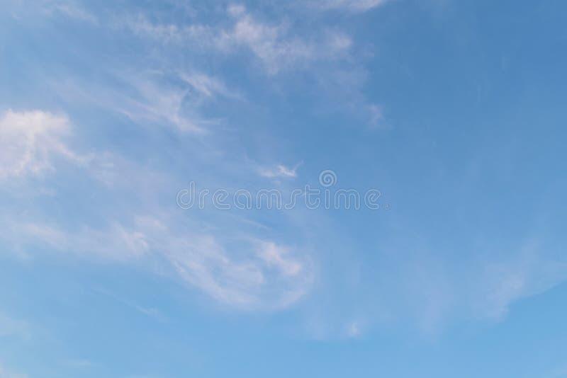 Weißes bewölktes auf blauem Himmel für Hintergrund lizenzfreie stockfotos